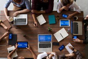 Reunião empresarial de alinhamento de ideias