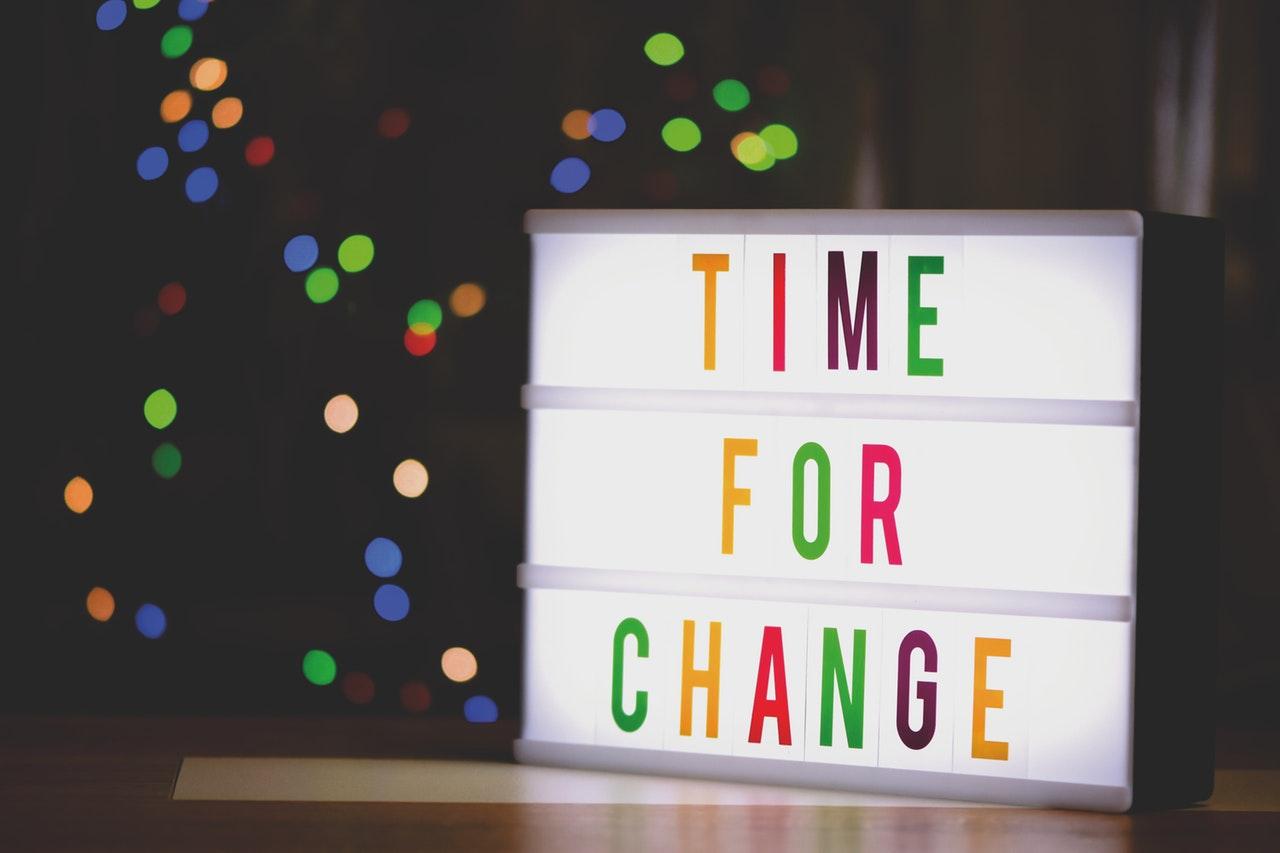 """Imagem com escrito """"Tempo para mudanças"""", em inglês"""